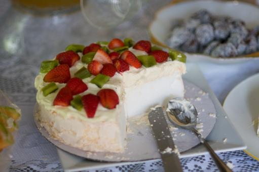 Free Stock Photo of Pavlova, half eaten