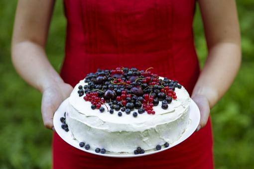 Free Stock Photo of Holding a fresh berry cake