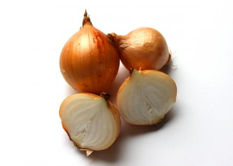 Free Stock Photo of Fresh onion bulbs isolated on white back