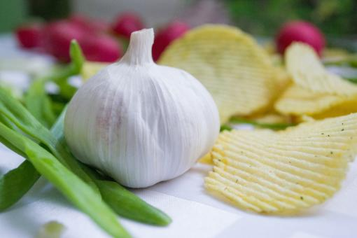 Free Stock Photo of Fresh Garlic and Chips
