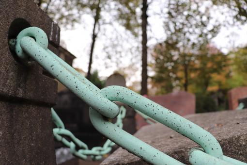 Free Stock Photo of Bronze chain (detail) in cemetery
