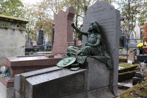 Free Stock Photo of Bronze sculpture on a grave