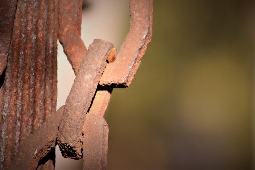 Free Stock Photo of Rusted chain ornamenting a grave