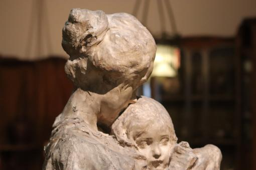 Free Stock Photo of Woman and her child sculpture