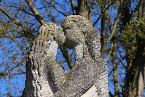 Free Stock Photo of Sculptures kissing in a park