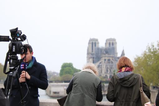 Free Stock Photo of Notre Dame - View from behind, among the journalists