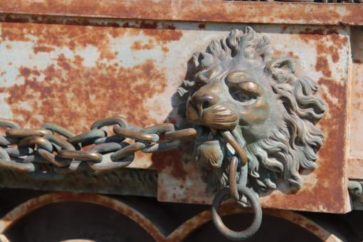 Free Stock Photo of Lion Biting Chain Sculpture