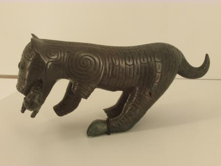 Free Stock Photo of A bronze figurine of mother tiger and her cub