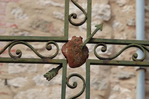 Free Stock Photo of Iron sculpture of a pierced heart on an iron cross