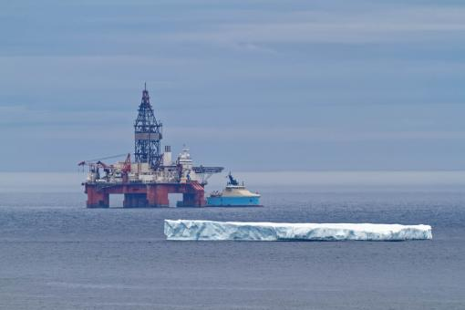 Free Stock Photo of Oil rig and iceberg
