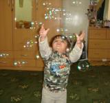 Free Photo - Child chasing bubbles