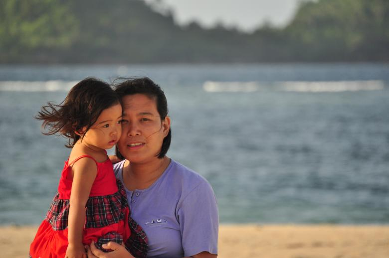Family Photography - Mother and daughter on a beach By Eduardo Cleofe
