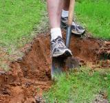 Free Photo - Man digging a hole