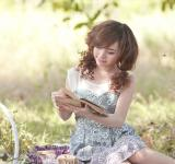 Free Photo - Pretty Girl reading book
