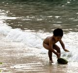 Free Photo - Child playing in ocean