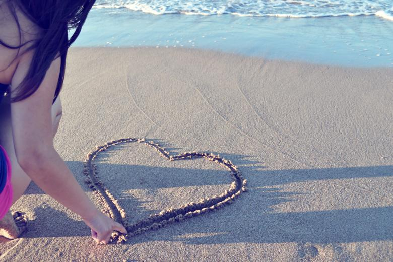 Heart shape in sand - Free Valentines Day Images