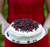 Free Photo - Holding a fresh berry cake