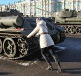 Free Photo - woman pooshes tank
