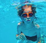 Free Photo - Child swimming underwater