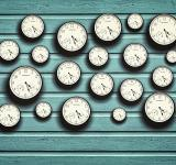 Free Photo - Many clocks in a blue wooden background