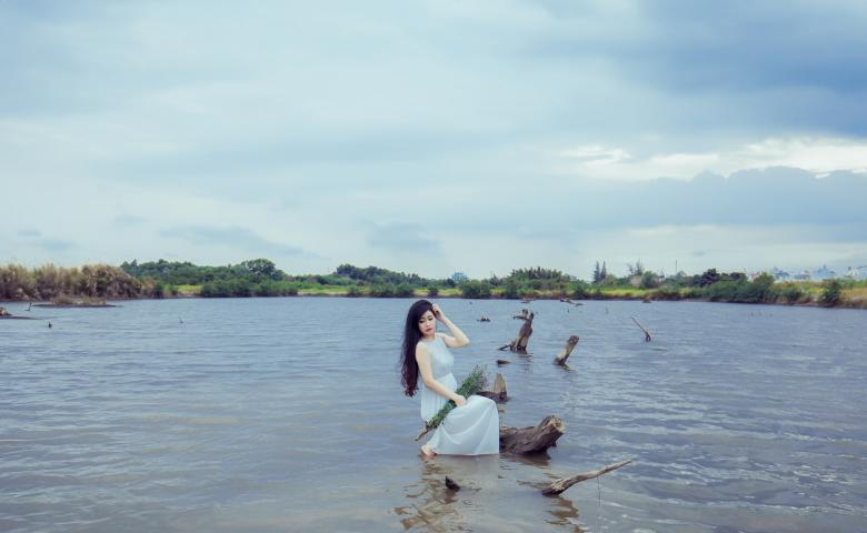 Free Stock Photo of The girl in the water with tunic Created by Bùi Tuân Anh